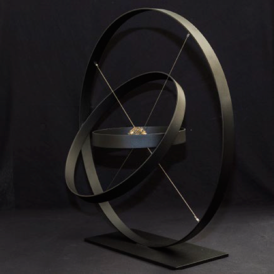 Origine  qui est ma dernière création terminée 30 minutes avant le début de Art Up !! C'est un cercle d'acier avec au centre des aimants formant une sphère questionnant la création du monde. C'est un voyage vers le passé infini.