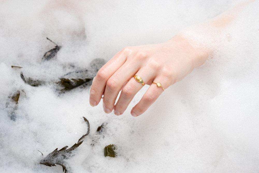 louise-damas-bijoux-ondine-bagues-coquillage-chevaliere-vermeil.jpg