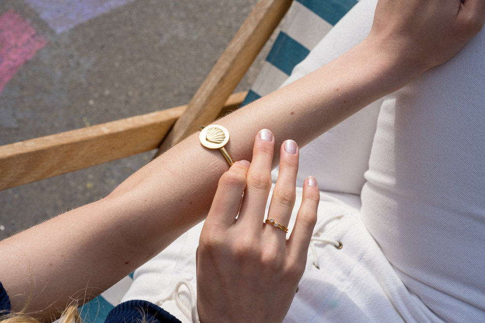 louise-damas-bijoux-ondine-bracelet-coquillage-bagues-serties.jpg