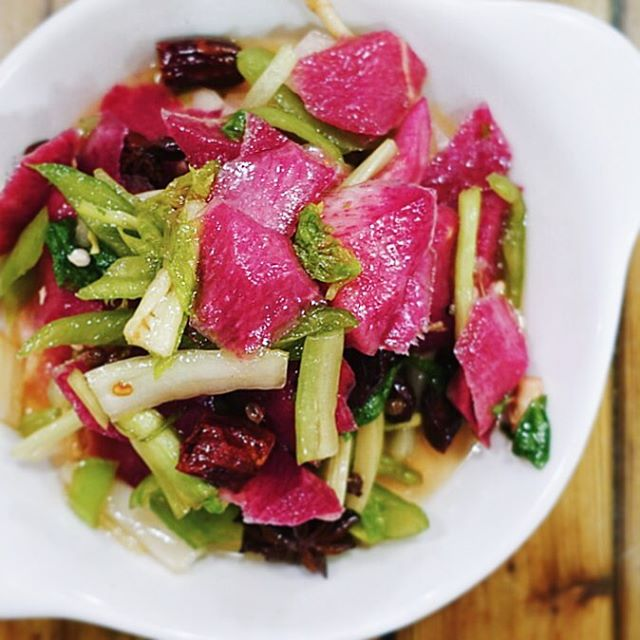 There are so many ways to have a delicious pickle (holla 🇩🇪 & 🇰🇷!) but these have to be one of our 🔝 picks. Watermelon radish and stem, light pickled with mouth-numbing Sichuan pepper and a touch of star anise. 😋