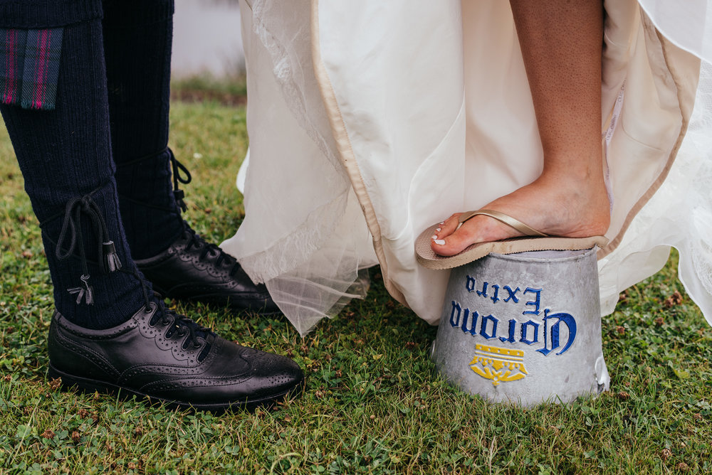 Bride tiptoe to tall husband