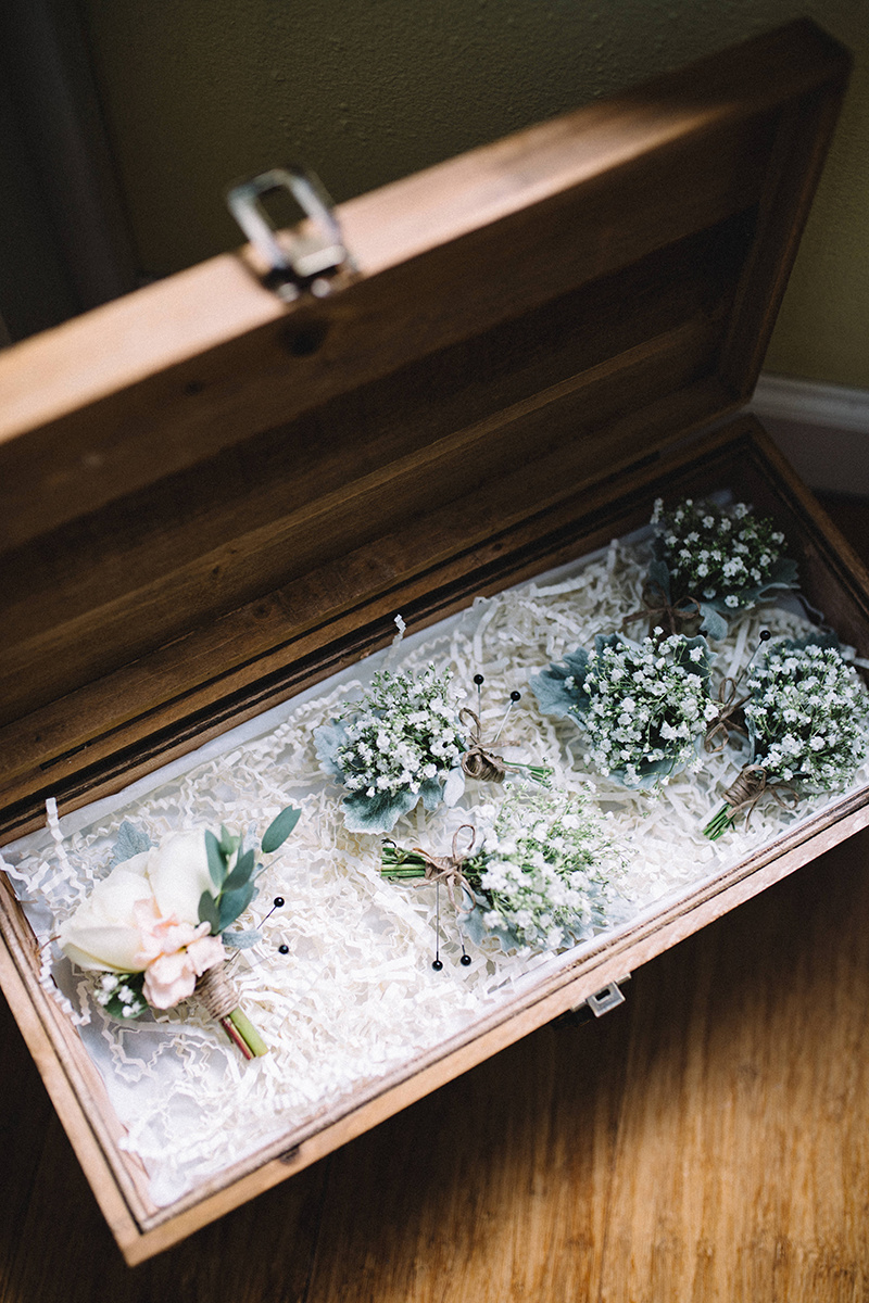 Floral boutonnieres for wedding