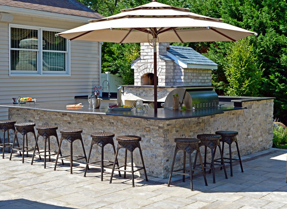 Holbrook, NY large outdoor kitchen and pizza oven