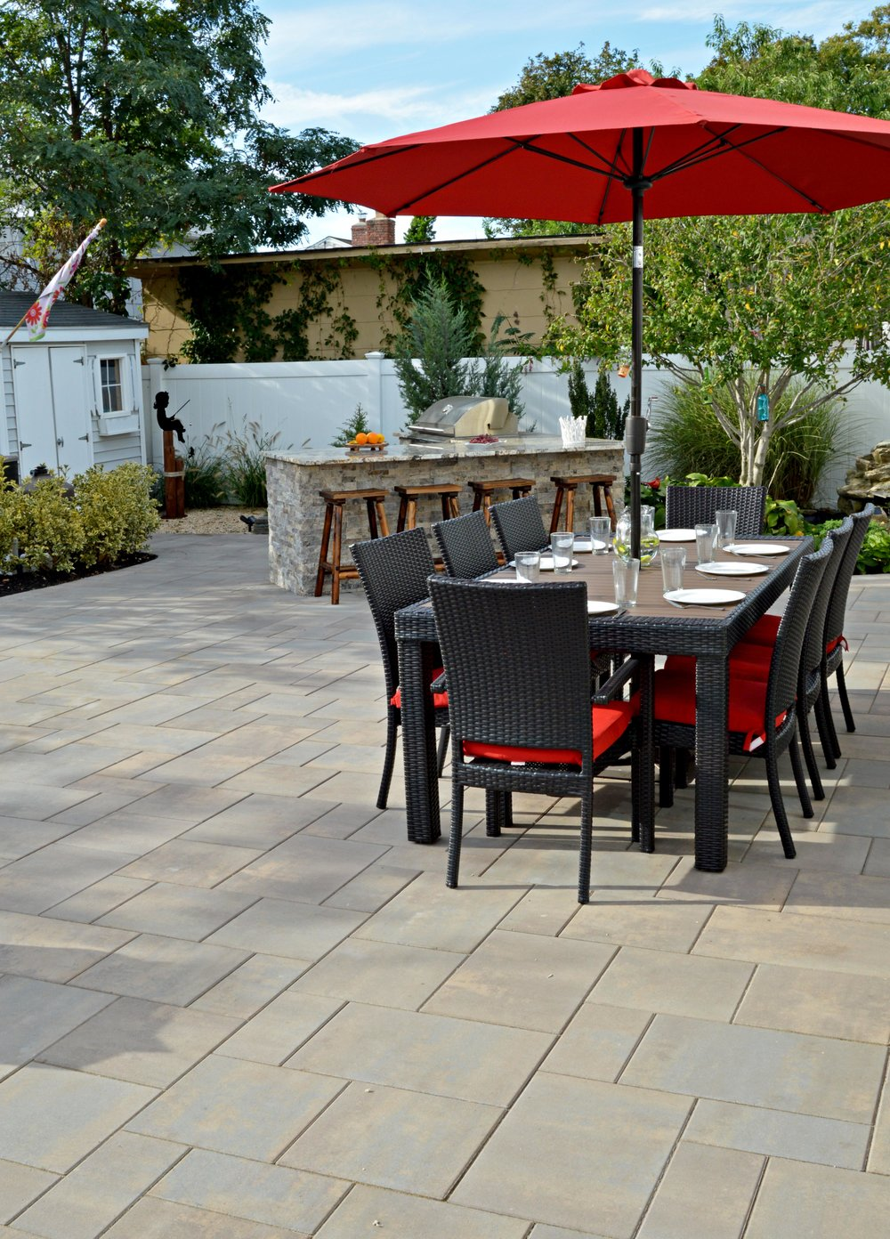 Outdoor kitchen with a dining area in Plainview, NY