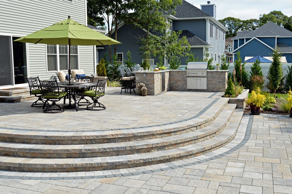 Long Island, NY patio with outdoor kitchen