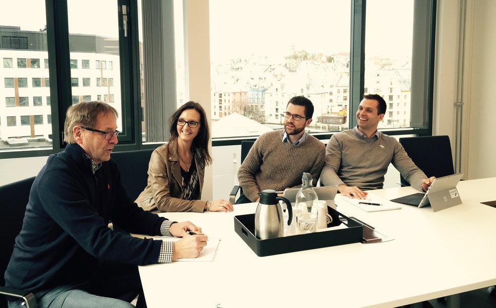 Lyser opp:  Her har vi fått besøk av Luminell i våre nye og lyse lokaler i Korsegata i Ålesund. Fra venstre; Bjørn Gjerde, partner og daglig leder i MRB, Bente Storhaug Dahl, assosiert partner i MRB, Petter Veiberg, administrerende direktør i Luminell, og Ole Jakob Hanken, markedssjef i Luminell.