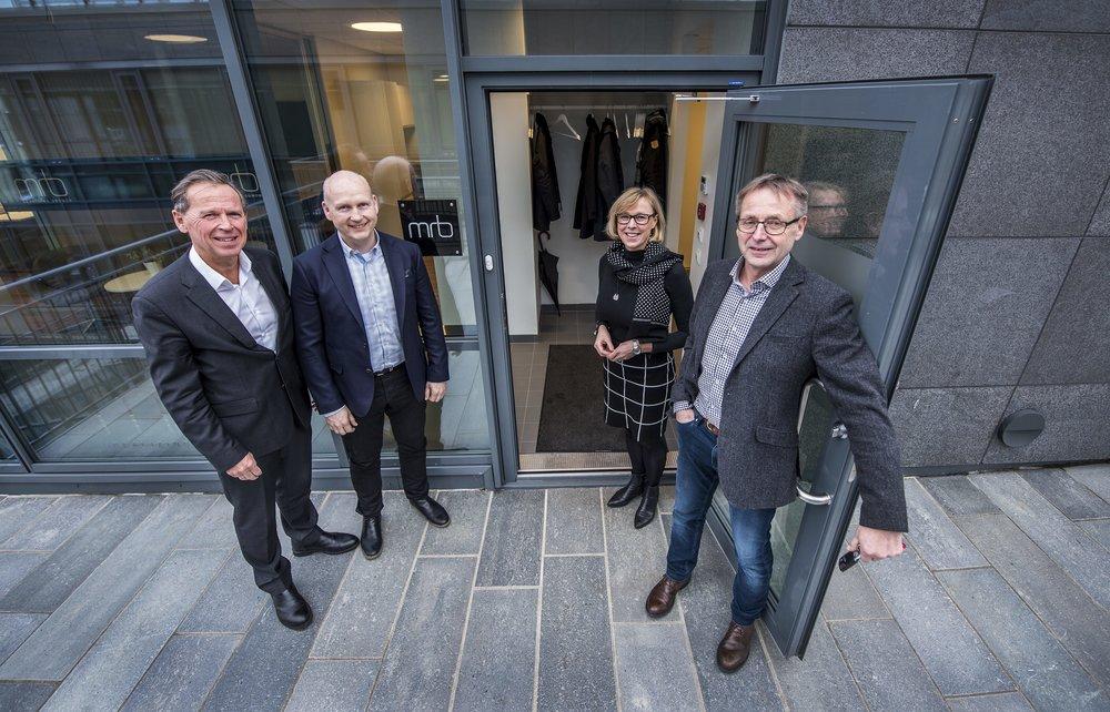 Frå venstre: Ståle Rasmussen og Jan-Inge Sætre tar del i kollegiet i MRB, og vert ønska velkommen av Wenche Kjerstad og Bjørn Gjerde.Foto: Staale Wattø, Sunnmørsposten