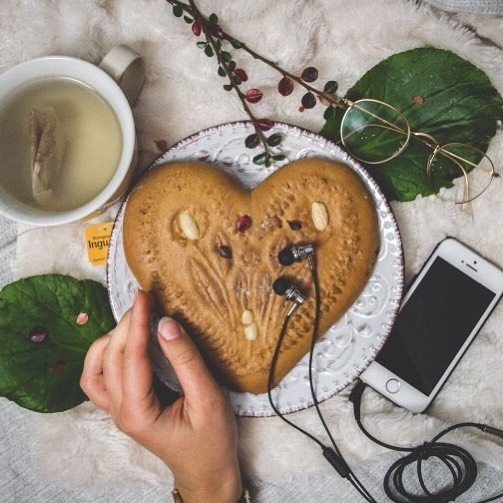 Feast on delicious food and music for a treat 🙌🏻 Wish you a Merry Christmas! 🎄☃️ JEB-101 shooting by @bele.marie_  #jayfi #jayfimusic #jayfi4fans #music #earphones #soulfood #delicious #instagood #photooftheday #happy #instastyle #germany #instalike #sweets #christmas #weekend