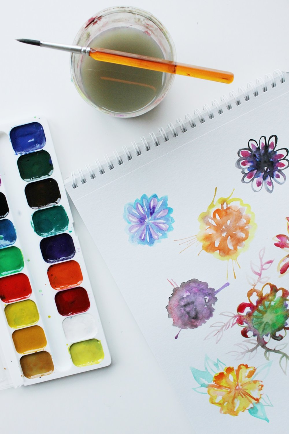 Tutorial on how to draw various watercolor flowers. Process photos!
