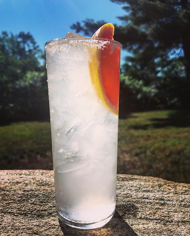 ✨A perfect day for the perfect cocktail, say hello to Papilio Paloma✨ #appgapdistill #Papilio #agave #qgrapefruit 🍊 @wildroots_vt new #thirstquencher that comes with a side of #sunset. See you on the deck!