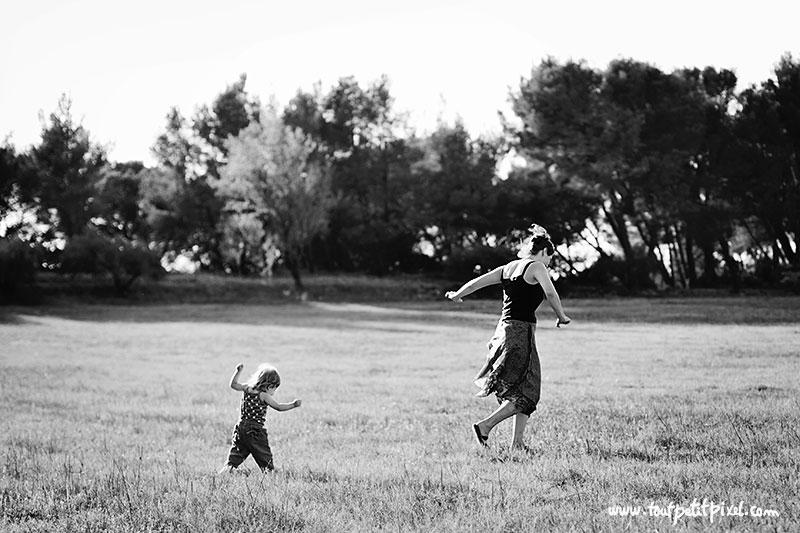 Maman-et-petite-fille-se-baladent-a-la-campagne.jpg
