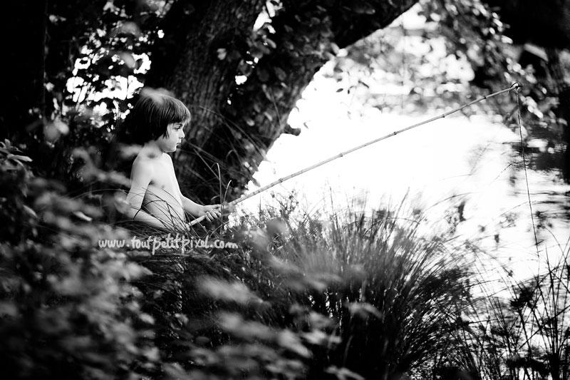 Petit garçon qui pêche