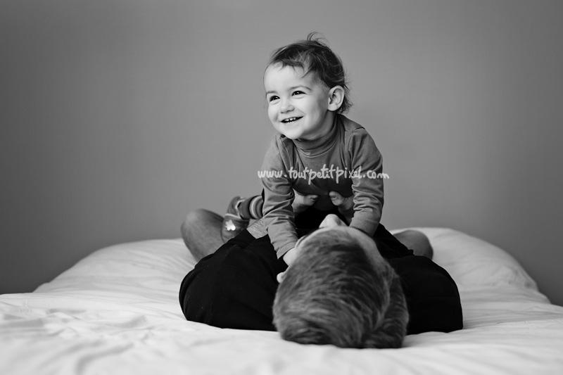 bebe-papa-jeu-sur-le-lit.jpg