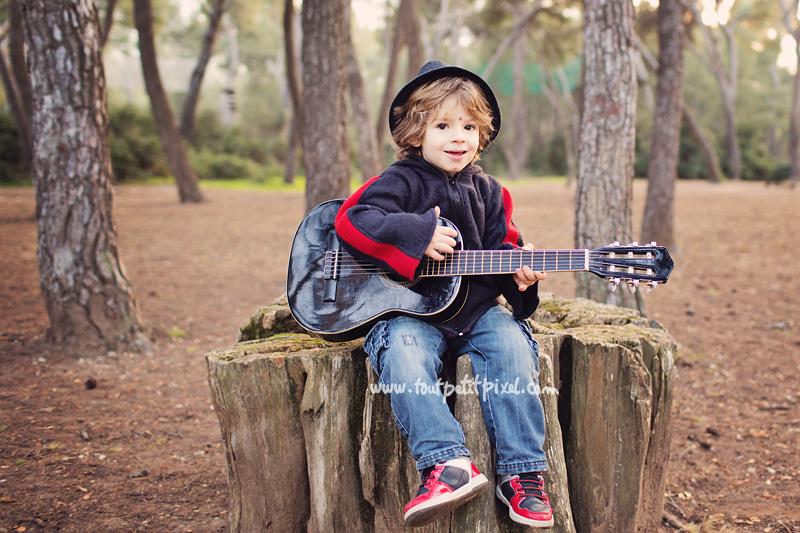 enfant-qui-joue-de-la-guitare.jpg
