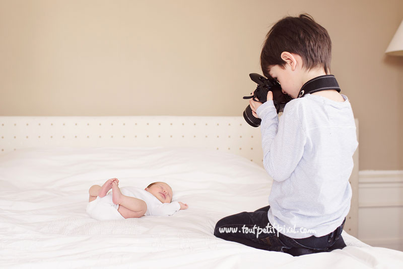 grand-frere-qui-photographie-bebe-soeur.jpg