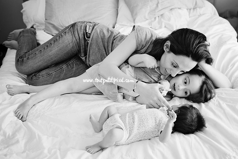 maman-et-petite-fille-regardent-bebe.jpg