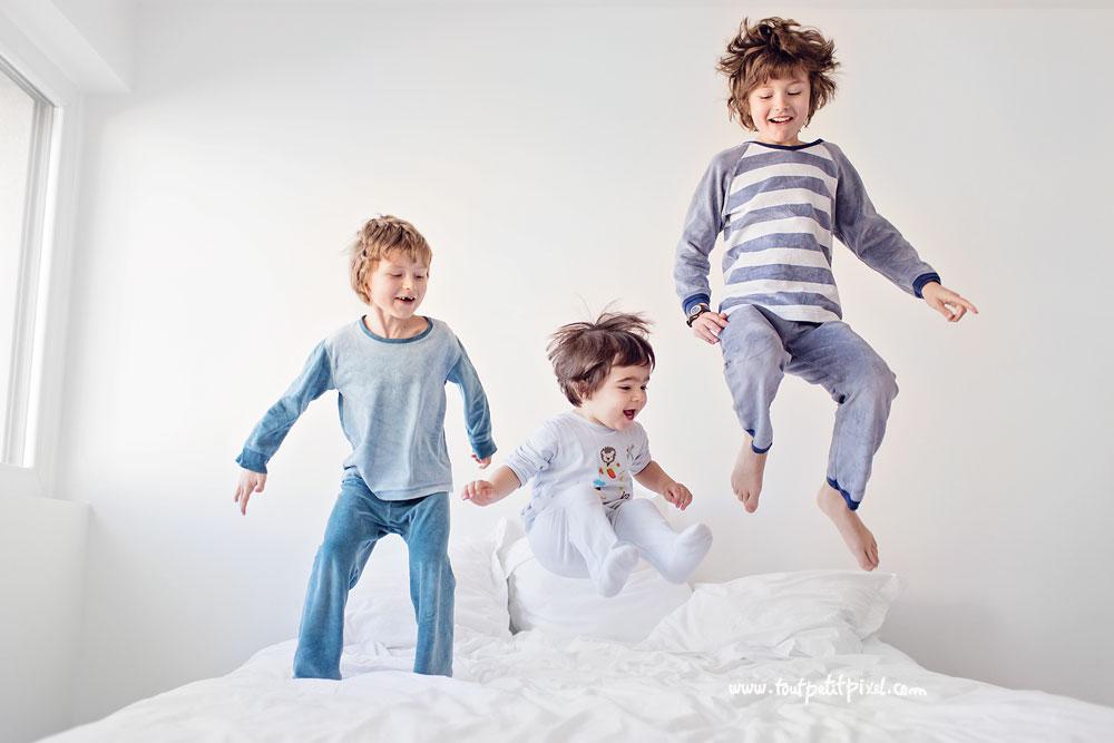 enfants-qui-sautent-sur-le-lit2.jpg