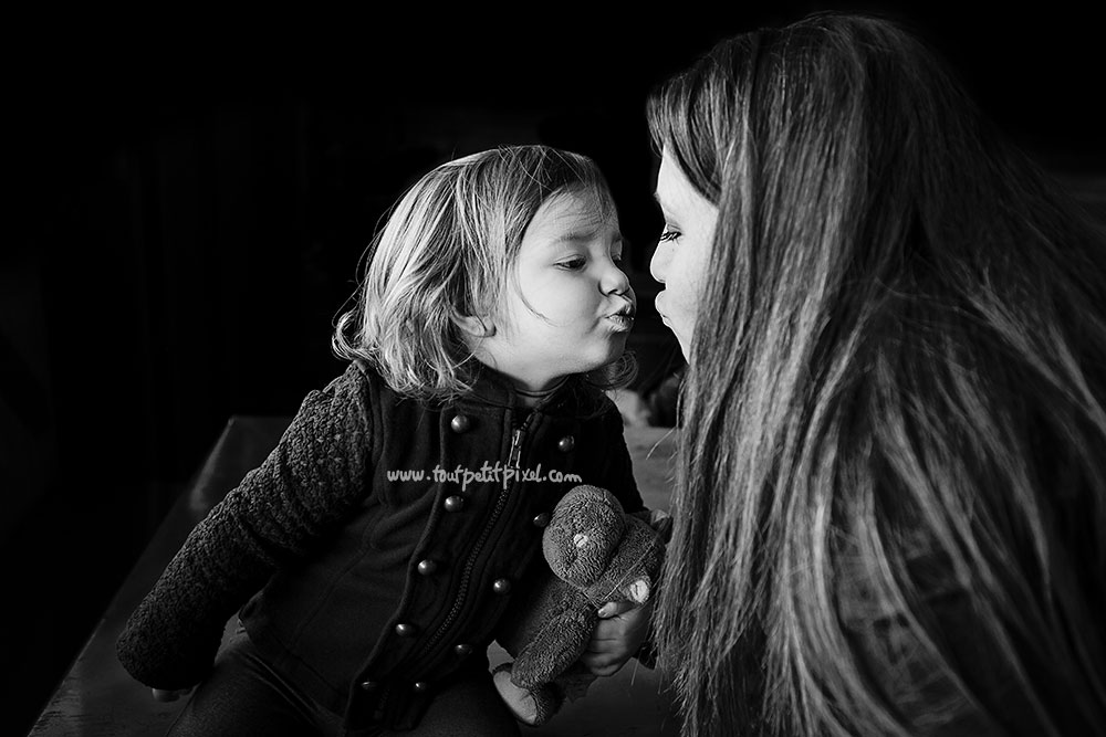 photo bisou maman petite fille