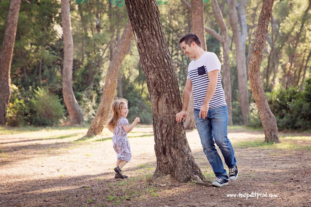 père fille qui jouent