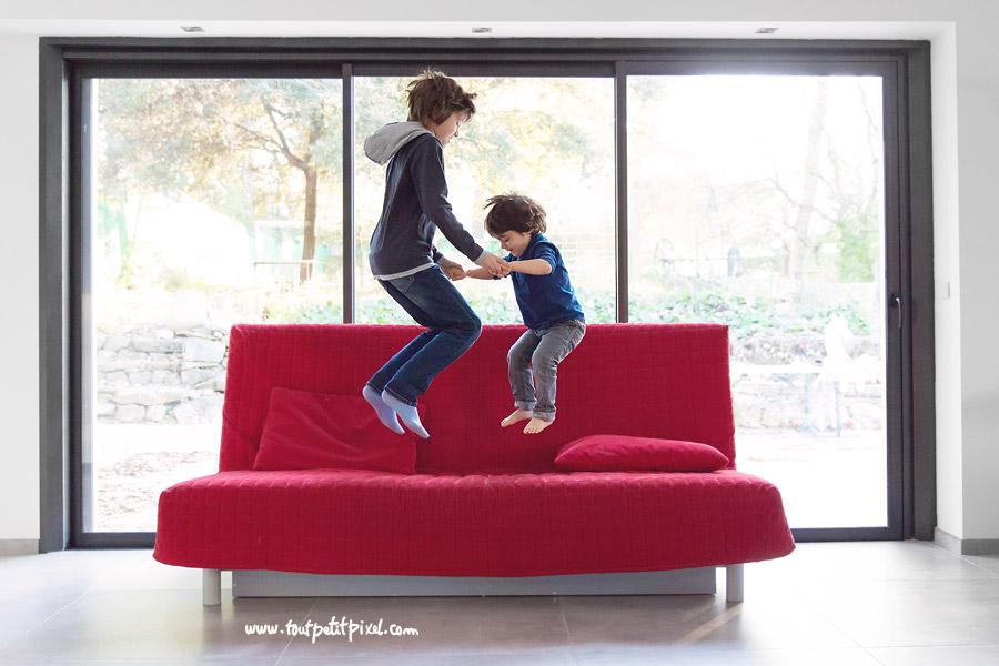 Enfants-qui-sautent-sur-le-canape.jpg