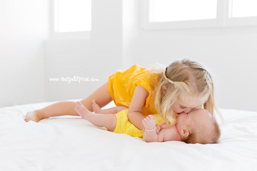 bisou-grand-soeur-bebe.jpg