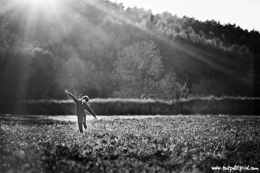 Enfant qui court dans les rayons du soleil