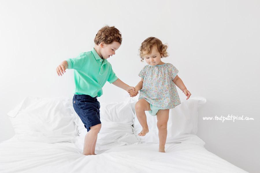 enfants qui dansent sur le lit