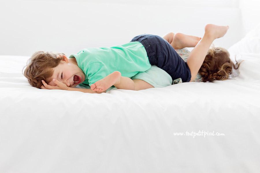 jeu sur le lit enfants lifestyle