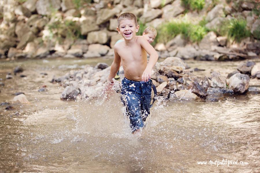 Enfant qui court dans une rivière