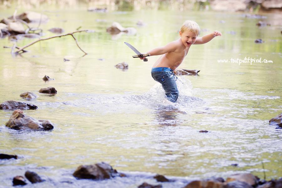 Enfant qui joue dans une rivière
