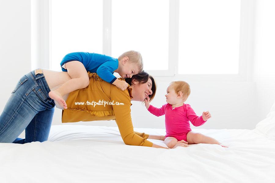 maman-enfant-bebe-jouent-sur-le-lit.jpg