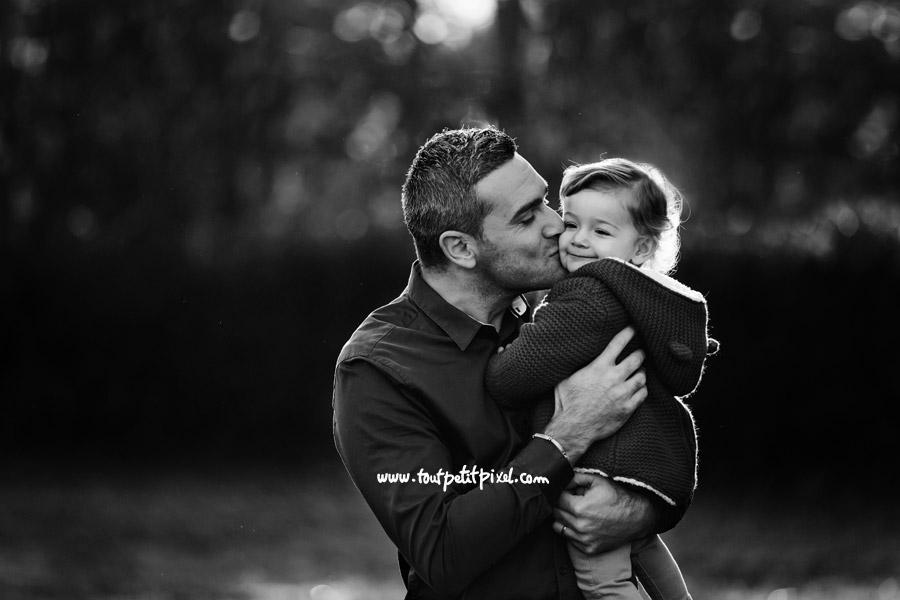 papa embrasse sa petite fille