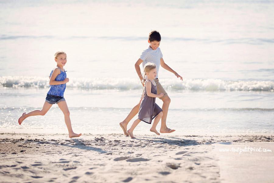 enfants qui courent sur la plage