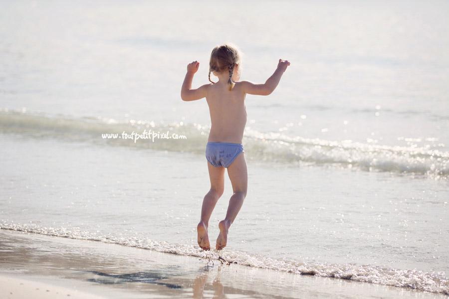 petite fille qui saute dans l'eau