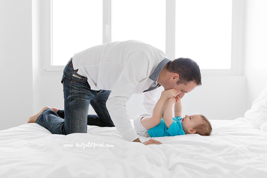 papa-qui-joue-avec-son-bebe.jpg