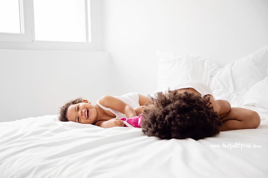 soeurs qui jouent sur le lit rire
