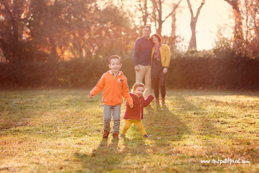 photo de famille au parc contre-jour
