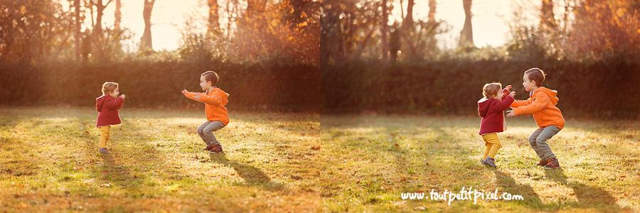 premiers pas petite fille qui marche vers son grand frère