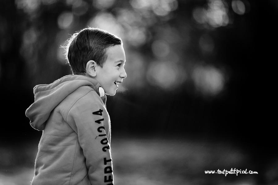 rire enfant noir et blanc