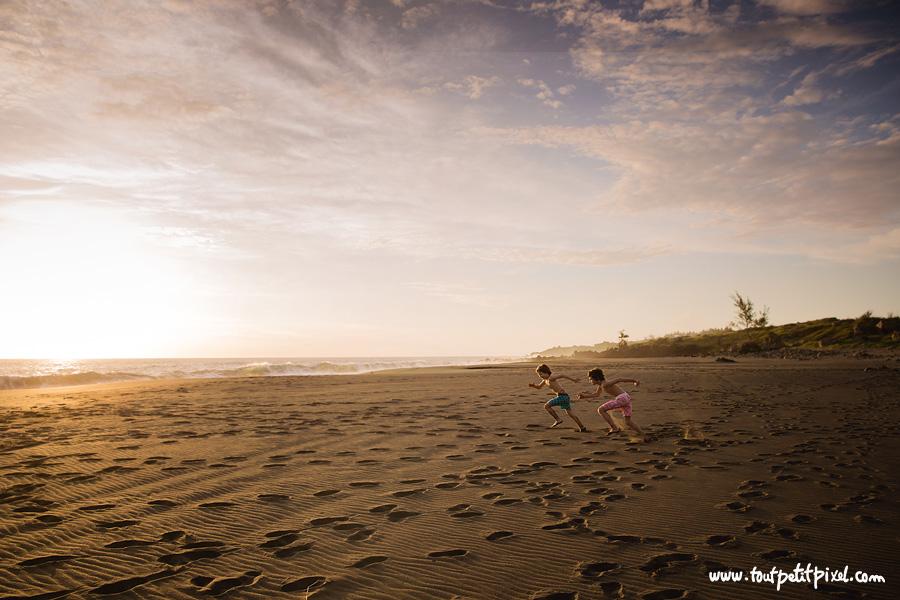 Enfants-qui-font-la-course-sur-la-plage.jpg
