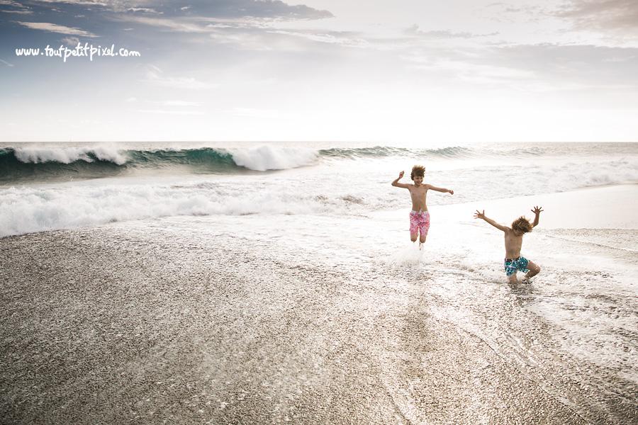Enfants-qui-jouent-dans-l-ocean.jpg