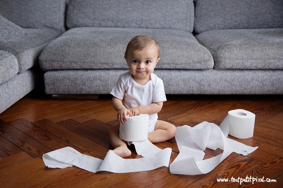 bebe-qui-joue-avec-du-papier-toilettes.jpg