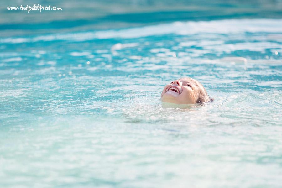 Enfant qui rit dans la piscine