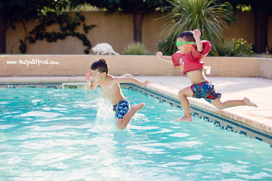 Enfants qui sautent dans une piscine