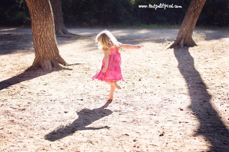 petite fille qui danse pieds nus