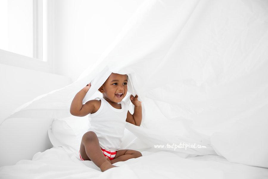 bebe-qui-joue-sous-un-drap.jpg