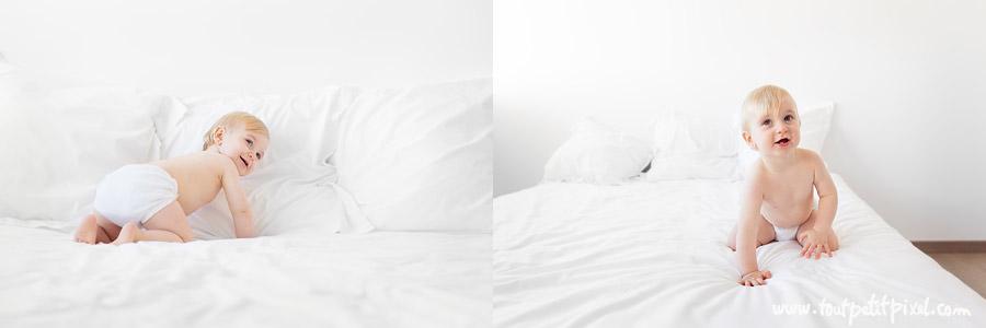 bebe-qui-joue-sur-un-lit-blanc.jpg