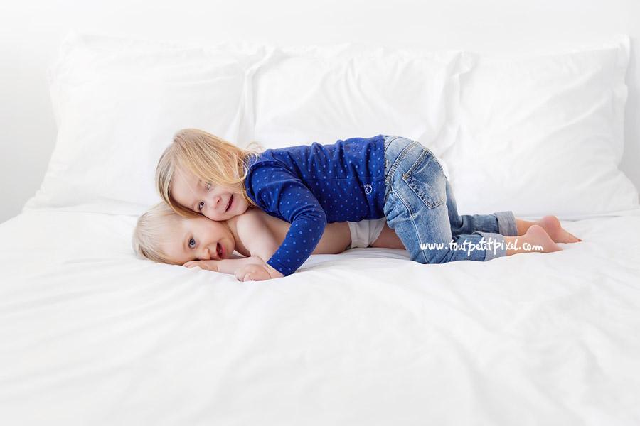 calin-frere-soeur-sur-le-lit.jpg
