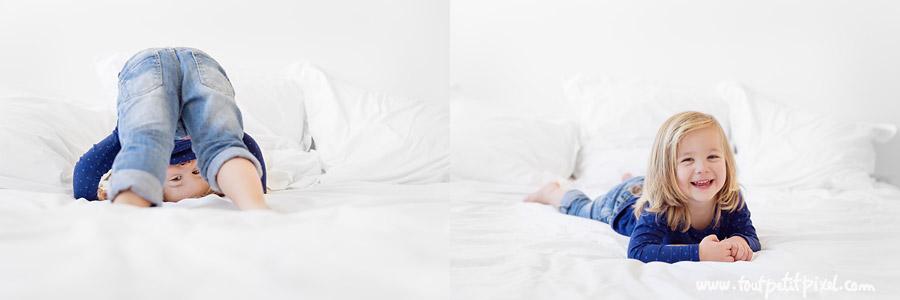 petite-fille-qui-joue-sur-un-lit.jpg
