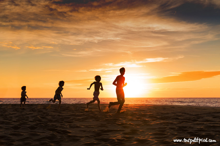 enfants-qui-courent-sur-la-plage-silhouette.jpg